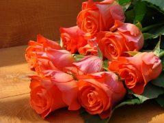 oboi-na-stol.com-41149-cvety-rozy-alye-buket