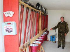 Лісничий Віктор Будник демонструє повну «бойову» готовність пункту накопичення протипожежного інвентарю Канівського лісництва