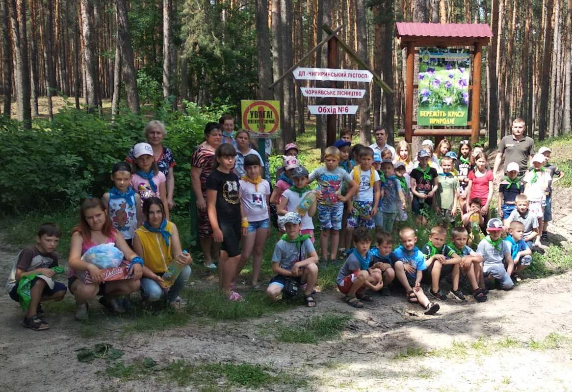 Лісівники Черкащини разом із дітьми прибирали ліс від сміття